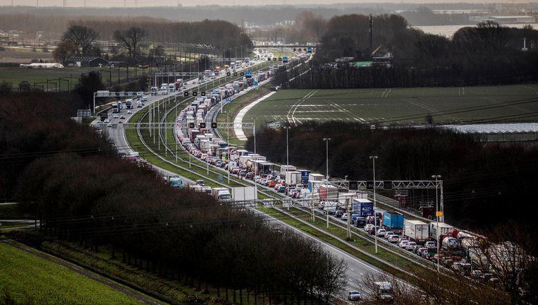 Drukte op de A16 bij Dordrecht nadat een vrachtwagen is gekanteld Beeld Freek van den Bergh / de Volkskrant