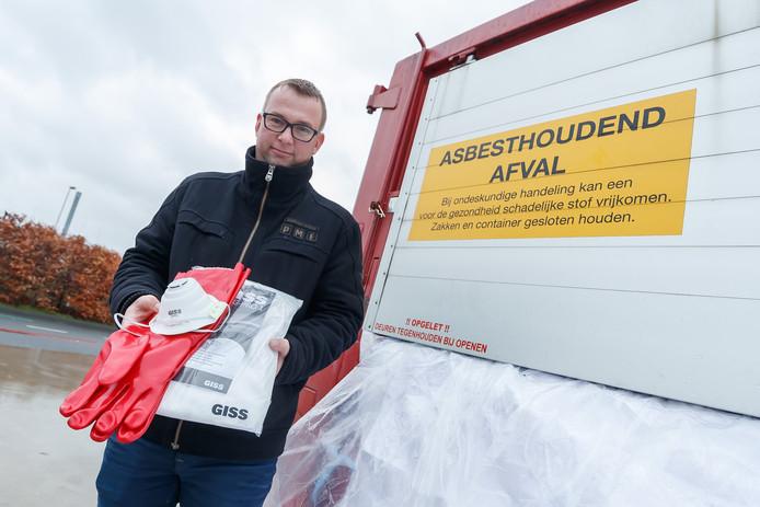 Voor eind 2024 moet nog 260.000 m2 asbest van daken in de gemeente Etten-Leur. Per gewoon huishouden mag je 36 m2 voor niks - maar wel goed ingepakt - inleveren bij de milieustraat. Opzichter van de milieustraat is William Segeren, en die laat het gratis pakket zien dat mensen er kunnen ophalen om asbest veilig af te kunnen voeren.