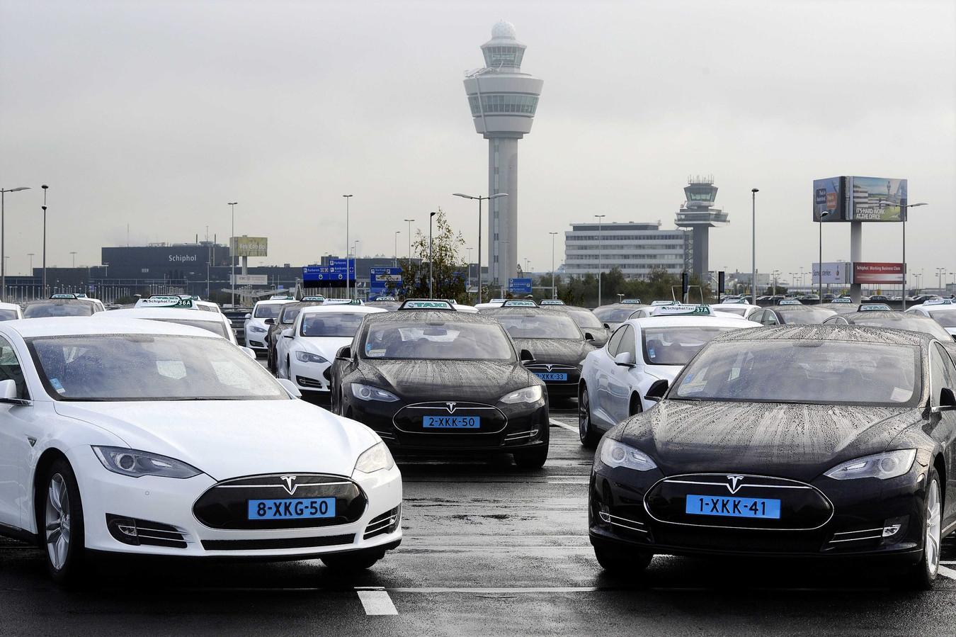 Elektrische Tesla-taxi's op Schiphol. Fluisterstil, brandschoon, maar ook zo'n 100.000 euro per stuk.