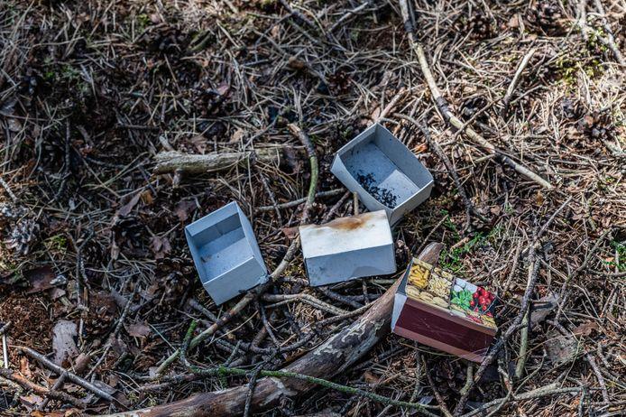 In het bosperceel werden enkele lege doosjes lucifers gevonden.