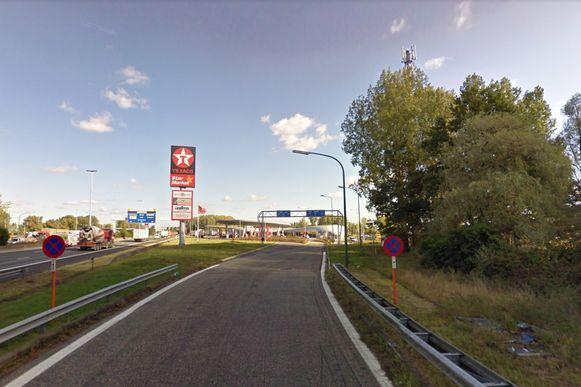 Het ongeval gebeurde op de oprit van de snelwegparking. De chauffeur werd er verrast door een stilstaande vrachtwagen.