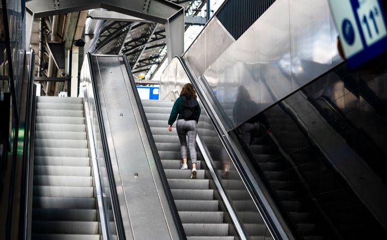 De roltrappen op Amsterdam Centraal in 2020.. Beeld Freek van den Bergh / de Volkskrant
