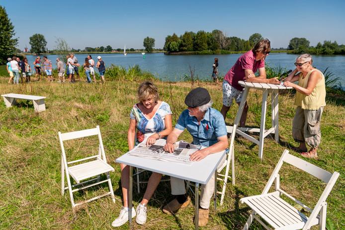 Repetitie van het toneelstuk Oorlog aan de rivier bij de Maas bij Lithoijen. Rechts, met geel hemd, Ans Jager.