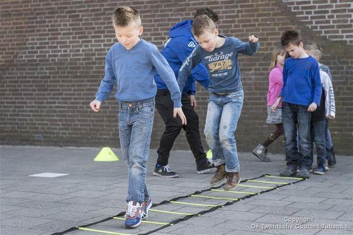 Kinderen van De Sleutel doen hun best bij één van de onderdelen van de De Sportcarrousel.