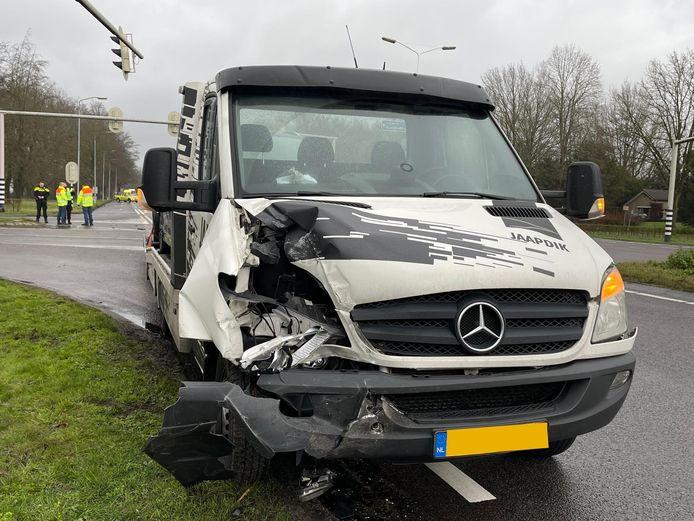 Ook de auto-ambulance raakte flink beschadigd
