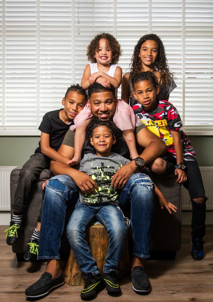 Vader Jay met zijn vijf kinderen.