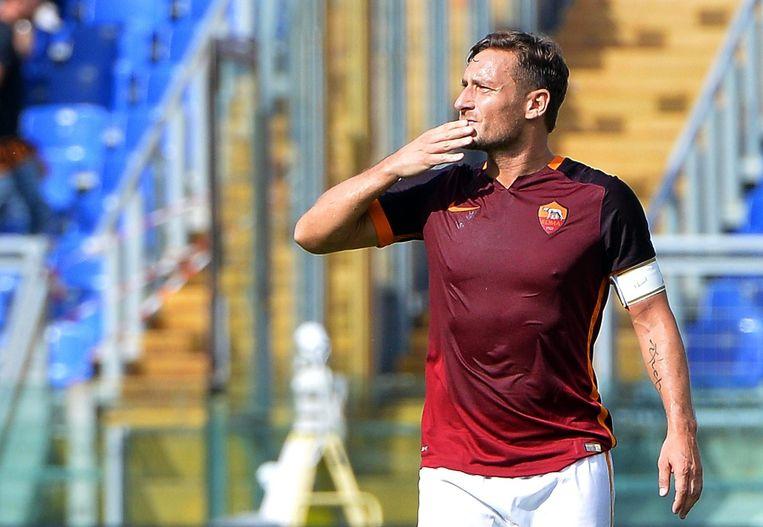 Francesco Totti viert zijn driehonderdste doelpunt voor AS Roma Beeld anp