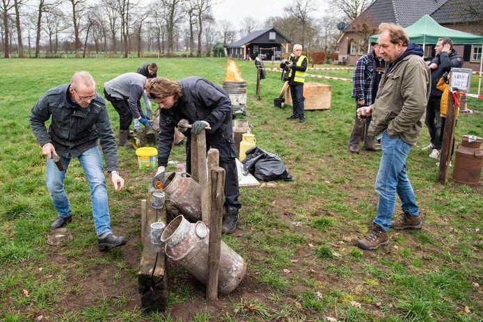 Carbidschieten op de Beuseberg in Holten, jaarlijkse traditie op oudjaarsdag in de tuin van  familie Jansen.