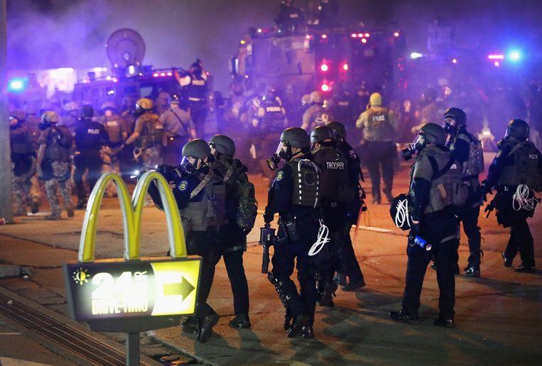 Politieagenten trekken de straat in. Beeld afp
