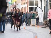 Dames sprinten op hoge hakken door Enschedese binnenstad