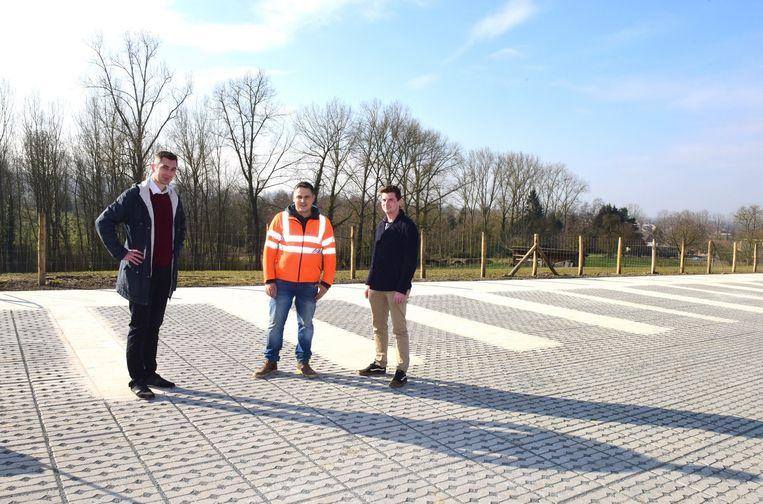 Schepen Simon De Boeck, aannemer Prederik Peelman en Jef Huylebroeck van het studiebureau Ara op de nieuwe parkeerstrip