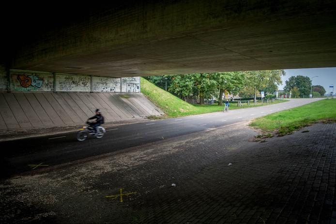 Politiesporen zijn zichtbaar van het tragische ongeluk, waarbij Lieke van den Berg om het leven kwam. Foto Eveline van Elk