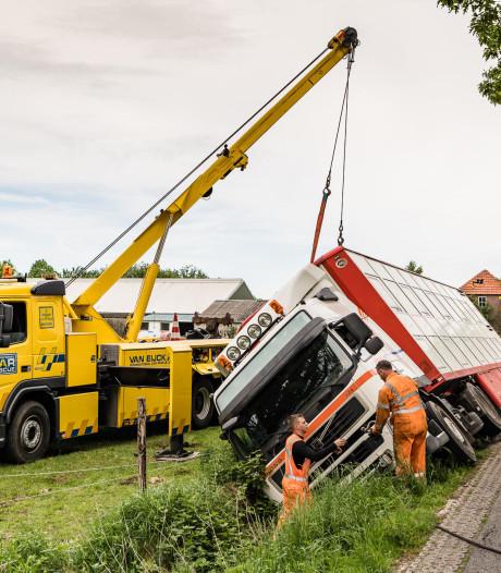 Vrachtwagen belandt in Alphense sloot na uitwijkmanoeuvre op plattelandsweg