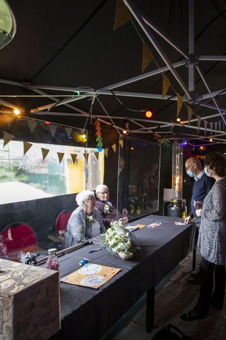 Nét op tijd uit eten en feliciteren via spatscherm: Zo vieren deze echtparen uit Twenterand toch nog hun 60-jarig huwelijk