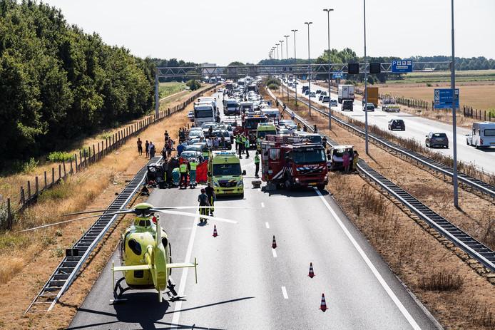 Terwijl een 48-jarige Limburger vecht voor zijn leven, maken automobilisten filmpjes van rampplek.