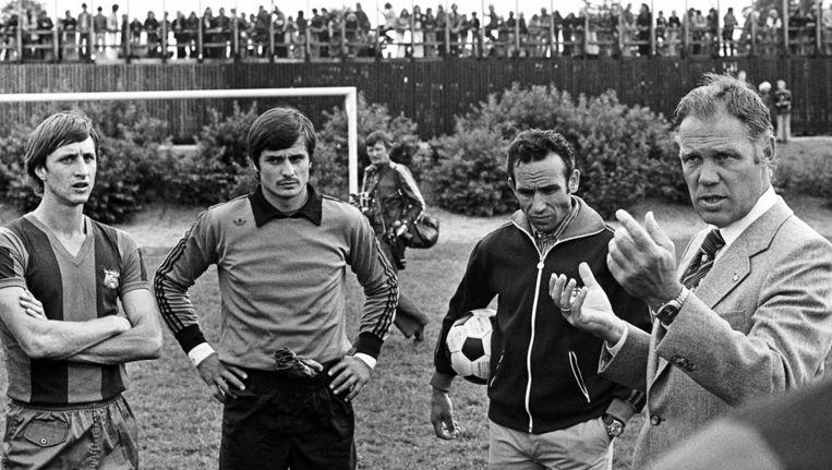 Barcelona-coach Rinus Michels (rechts) geeft zijn laatste instructies aan Cruijff (links) en doelman Mora, voor het begin van de wedtrijd tegen Vitesse van 3 augustus 1976. Beeld ANP
