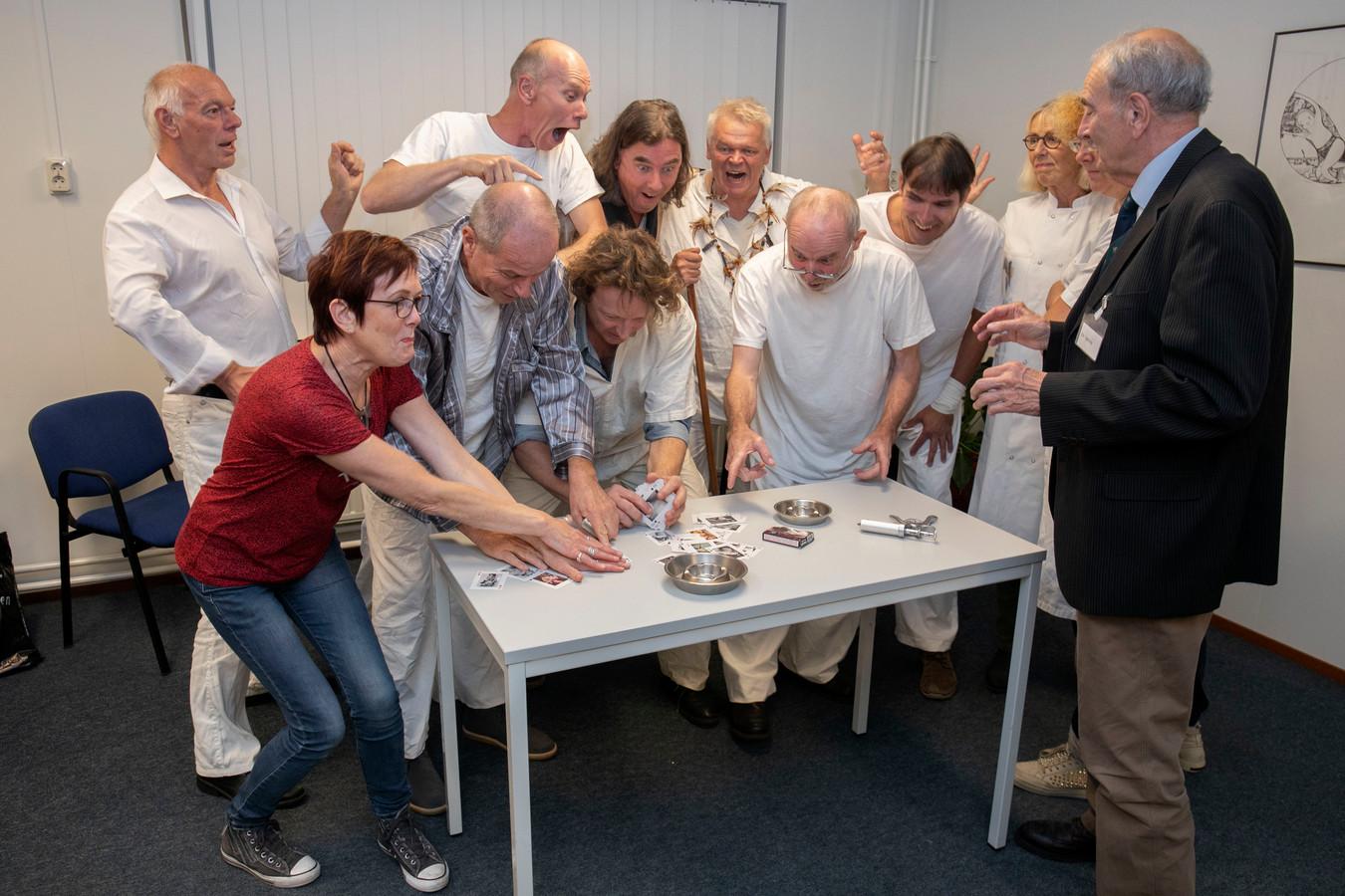 De crew van Stichting Meij brengt haar eerste theaterproductie. Links regisseuse Antonet van der Heijden.