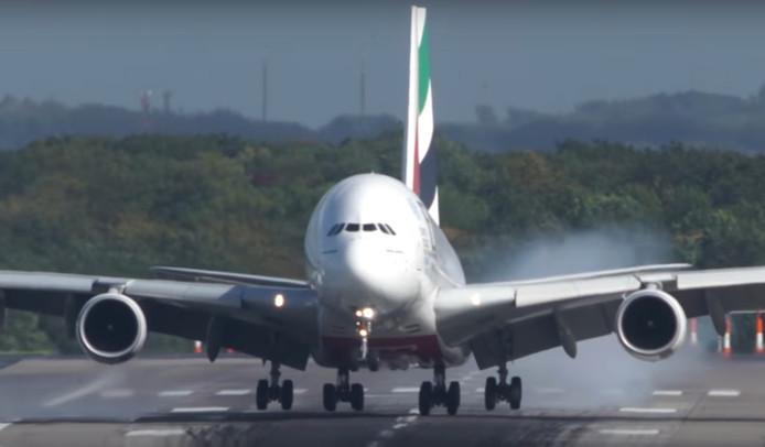 Het toestel van Emirates tijdens de landing in Düsseldorf.