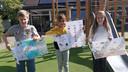 De prijswinnaars van de tekenwedstrijd. Vlnr: Florian Boesveld,  Alies van Exel en Brechtje van Hest.