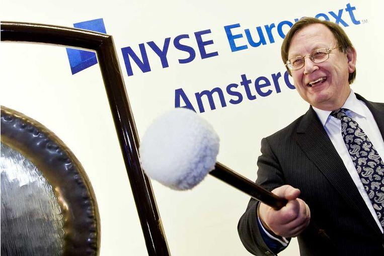 De president van de Nederlandse Bank Nout Wellink slaat op de gong van de beurs in Amsterdam. (ANP) Beeld