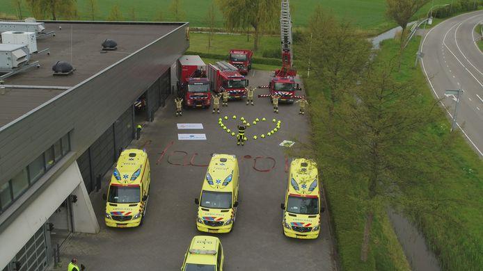 De hulpverleners roepen ook op om vol te houden. Met hun felgekleurde helmen hebben de brandweermannen een hart neergelegd voor de kazerne aan de Stromenweg in Middelburg.