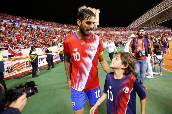Bryan Ruiz met zijn zoon na de plaatsing voor het WK 2018.