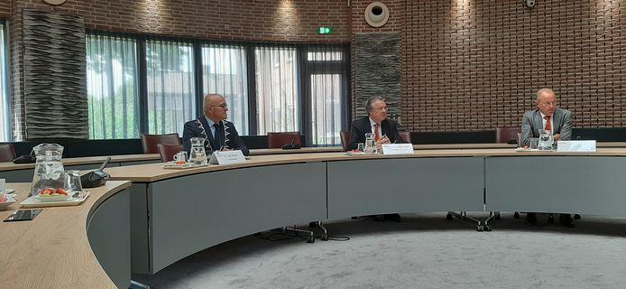 Provinciebestuurder Wim van de Donk (midden) tijdens het persgesprek in het bestuurscentrum van Meierijstad in Sint-Oedenrode. Links burgemeester Kees van Rooij, rechts chef kabinet van de provincie, Henk Smit.