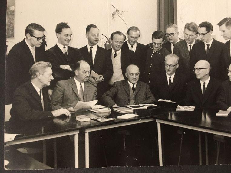Cor van der Linden (zittend, midden), rector van het vrijgemaakte Gereformeerd Lyceum in Rotterdam-Kralingen, tussen de leraren die hem in 1970 wegstuurden. Beeld