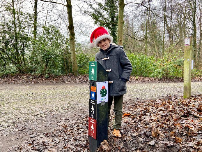 Afbeeldingen van rendieren, kerstballen en kerstbomen wijzen de weg