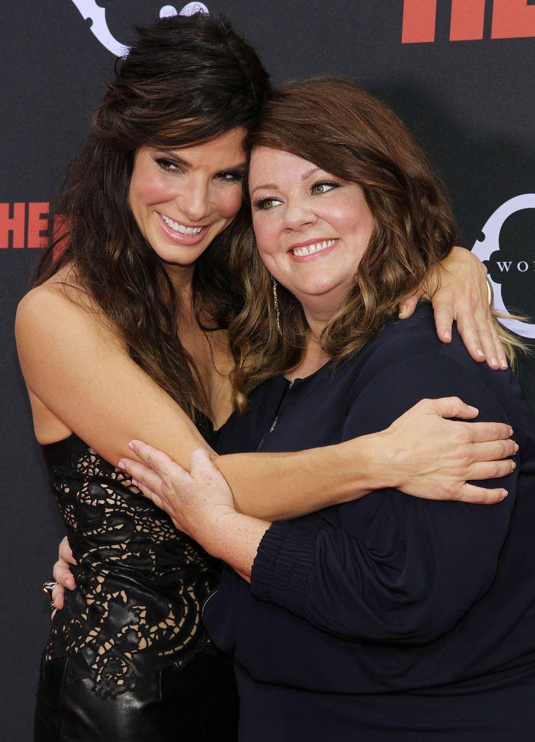 Melissa McCarthy met tegenspeelster Sandra Bullock bij de première van The Heat. Beeld null