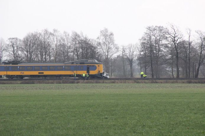 Een auto werd aangereden door een trein.