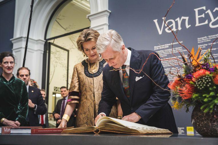 Koning Filip en koningin Mathilde tekenen het Gulden Boek.