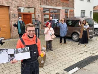 """Toneelvereniging Theater Stam trekt met jubileumboek de straat op: """"Zo kunnen we onze verjaardag toch een beetje vieren"""""""