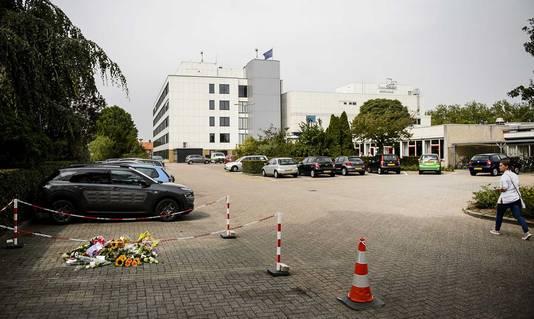 Bloemen op de parkeerplaats van het TweeSteden ziekenhuis in Waalwijk.