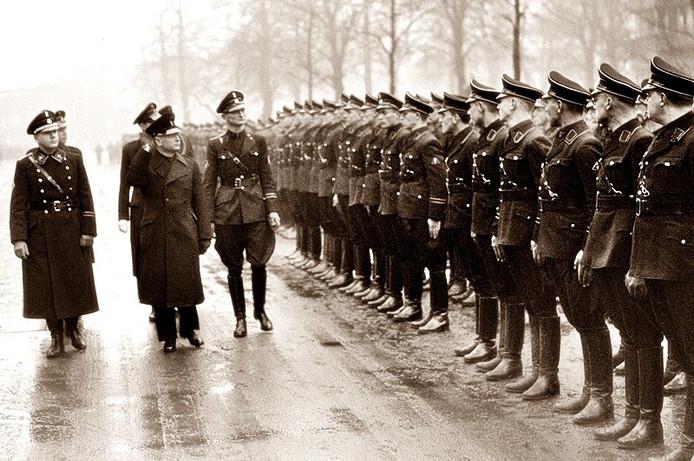 NSB-leider Mussert inspecteert leden van de Nederlandse SS.