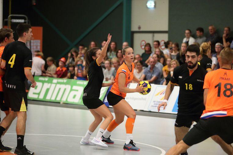 Suzanne Struik (met bal) op het EK korfbal 2018. Beeld Marco Spelten