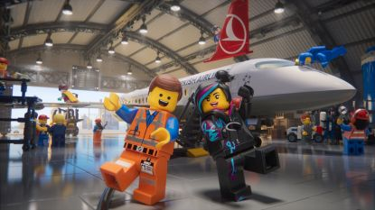 Vliegtuigmaatschappijen steken miljoenen in ludieke veiligheidsvideo's. Maar heeft dat wel zin?