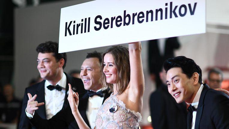 Producent Charles-Evrard Tcherkhoff, acteur Roma Zver, Ractrice Irina Starshenbaum en acteur Teo Yoo eren regisseur Kirill Serebrennikov op de rode loper in Cannes. Beeld anp