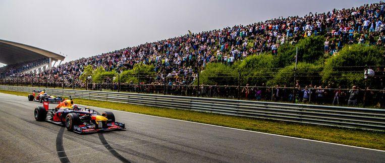 Max Verstappen eerder dit jaar met zijn teamgenoot Daniel Ricciardo tijdens een racedemonstratie op het circuit van Zandvoort. Beeld EPA