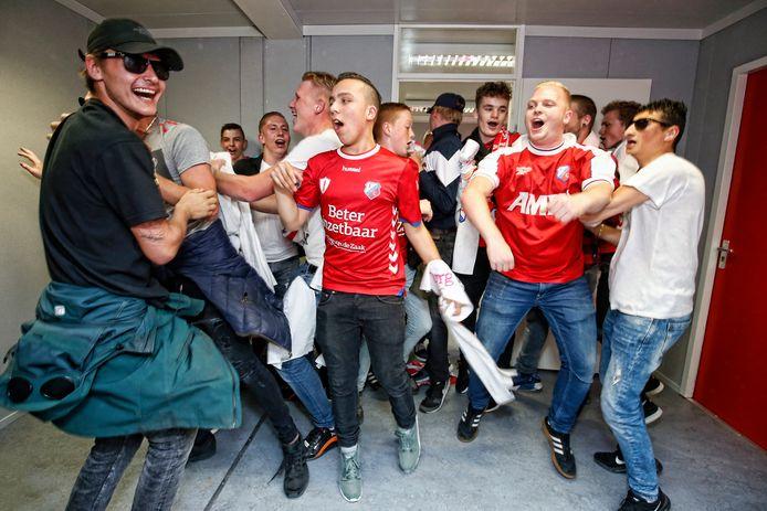 Supporters vieren hun ruimte na opening van hun chillroom voor de wedstrijd tegen Heerenveen.