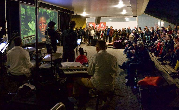 Tijdens Metro Movies, onder station Bullewijk wordt onder andere live muziek gemaakt. Beeld Achmed Peroti