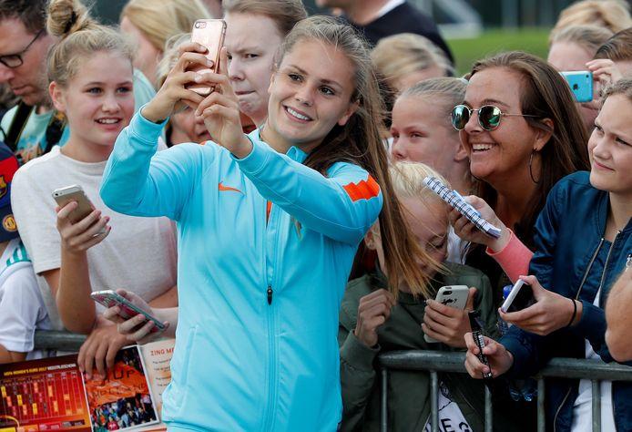 Lieke Martens met fans na een training tijdens het EK in eigen land.
