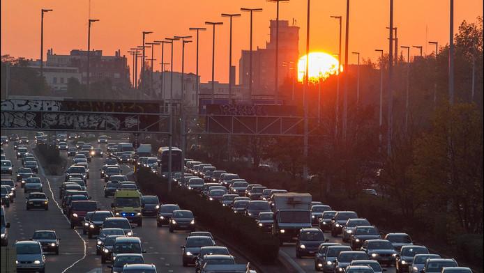 Des différences notables de comportement sont constatées entre les trois régions du pays. A Bruxelles, la voiture est utilisée par une minorité (46%), alors que les transports en commun et la marche sont chacun choisis pour 24% des déplacements. En Flandre, la part du vélo reste remarquable par rapport aux autres Régions (18% des déplacements contre 4% à Bruxelles et 2% en Wallonie). C'est en Wallonie que la voiture est la plus utilisée (73% des déplacements).