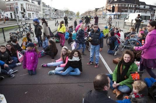 Na het ernstige ongeluk van vier maanden geleden protesteerden schoolkinderen tegen de gevaarlijke oversteekplekken van de Vleutenseweg.