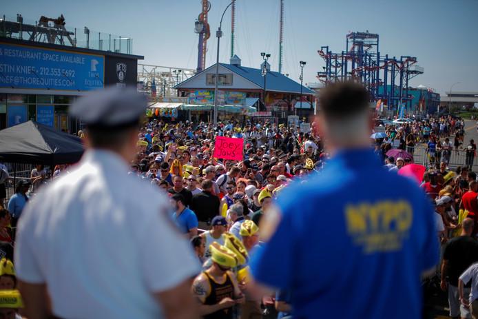 Fans van Joey Chestnut houden een stuk karton vast met de boodschap 'Joey Jaws.'
