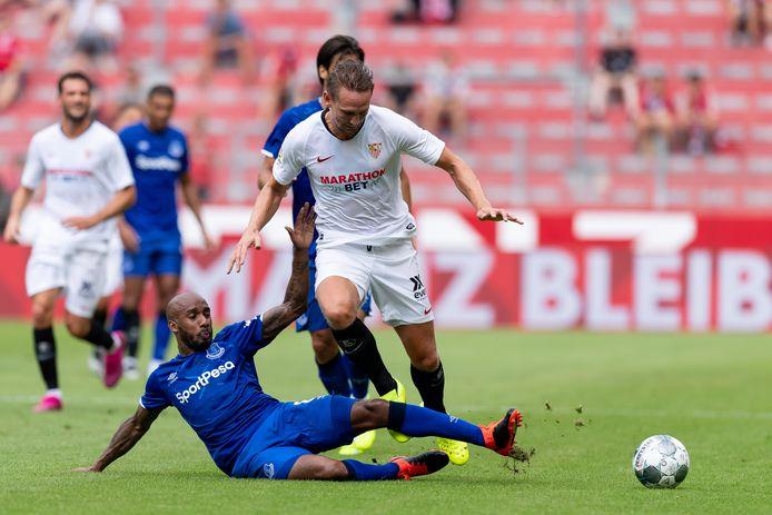 Luuk de Jong in duel met Fabian Delph tijdens Sevilla - Everton in de voorbereiding op dit seizoen.