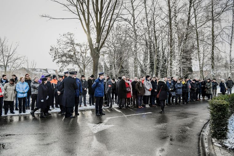 Op de vroegere kindercampus verzamelde veel volk om de slachtoffers te herdenken bij een minuut stilte.
