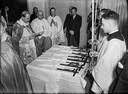 Bij de opening van de medische faculteit in 1951 werden de kruisbeelden ingezegend door Mgr. Bernard Alfrink. foto Regionaal Archief Nijmegen
