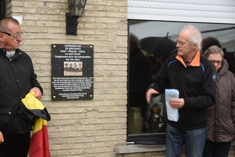 De gedenkplaat werd onthuld in aanwezigheid van de burgemeester en familieleden van de slachtoffers.