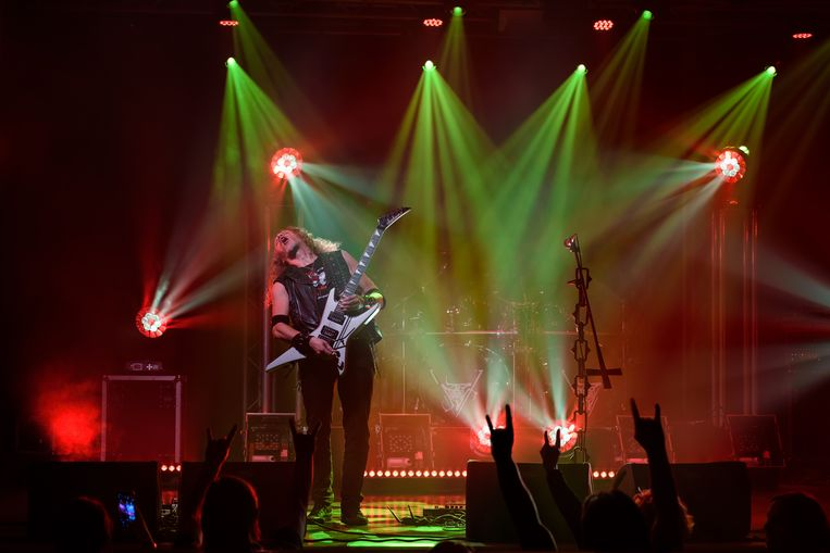 Gitarist Marek Pająk van de Poolse band Vader in De Pul in Uden. Beeld Martin van den Tweel